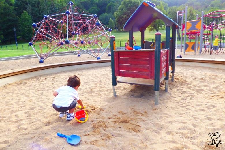 giocando con la sabbia nei parchi giochi di Petrin