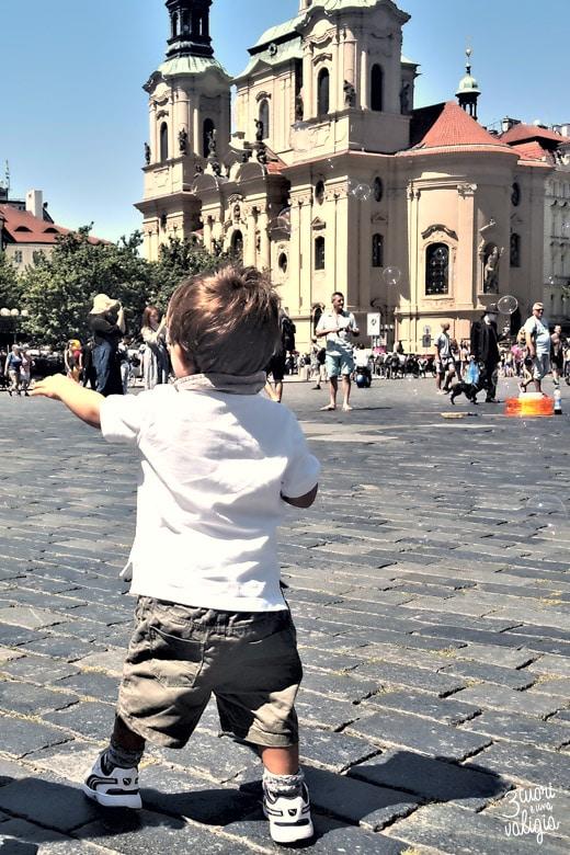 giocando sulla Piazza Vecchia (Staroměstské náměstíè)