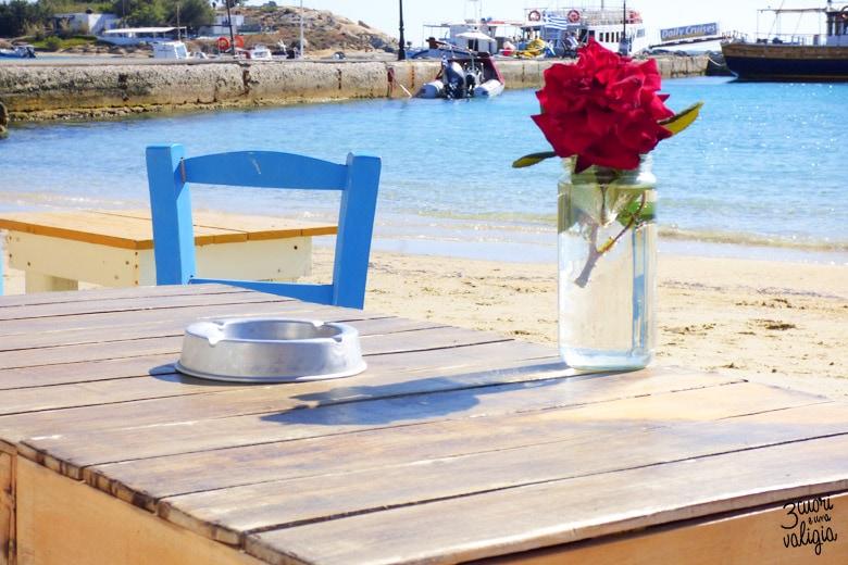 graziosi tavolini in riva al mare