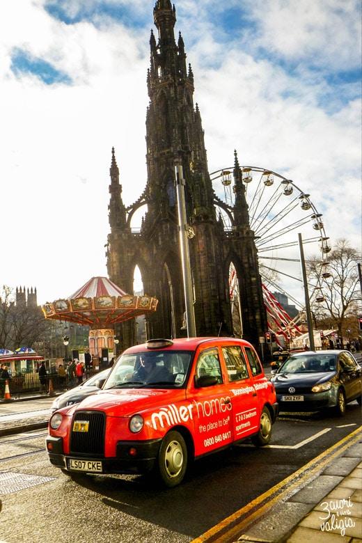 Edimburgo con i bambini- taxi davanti allo Scott Monument