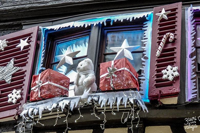 finestra con addobbi natalizi