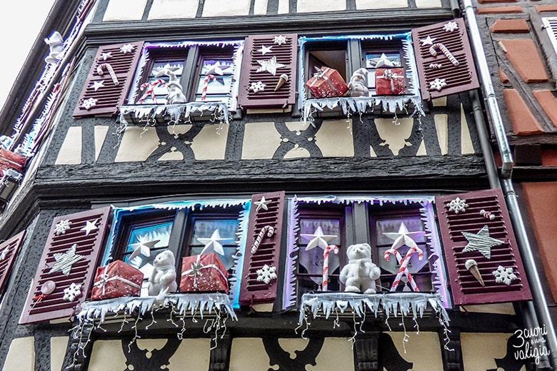 finestre con addobbi natalizi