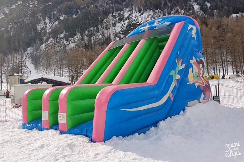Scivolo gonfiabile per bambini nello snowpark di Ollomont - Aosta