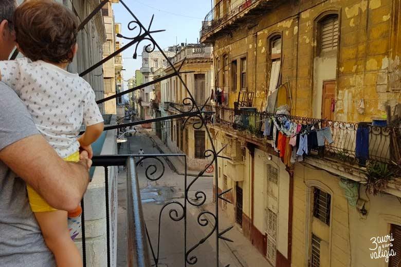 Cuba - L'Avana con bambini, vista dal balcone di una casa particular