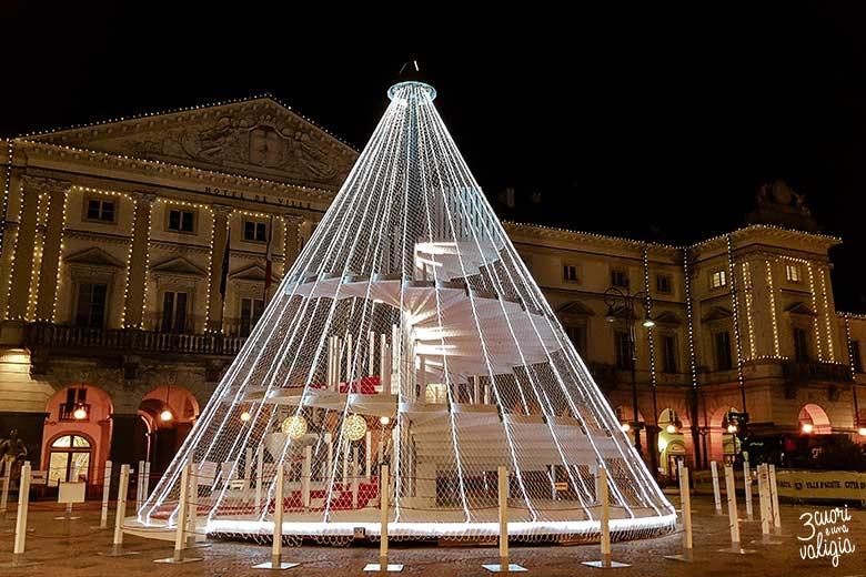 Aosta con bambini: piazza Émile Chanoux illuminata