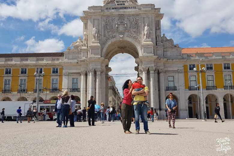 Lisbona con bambini arco di trionfo Rua Augusta