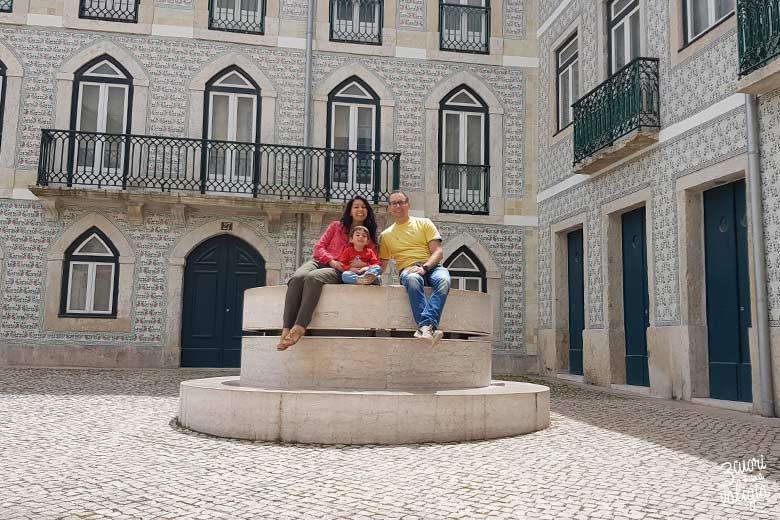 Lisbona con bambini case con ceramiche tipiche