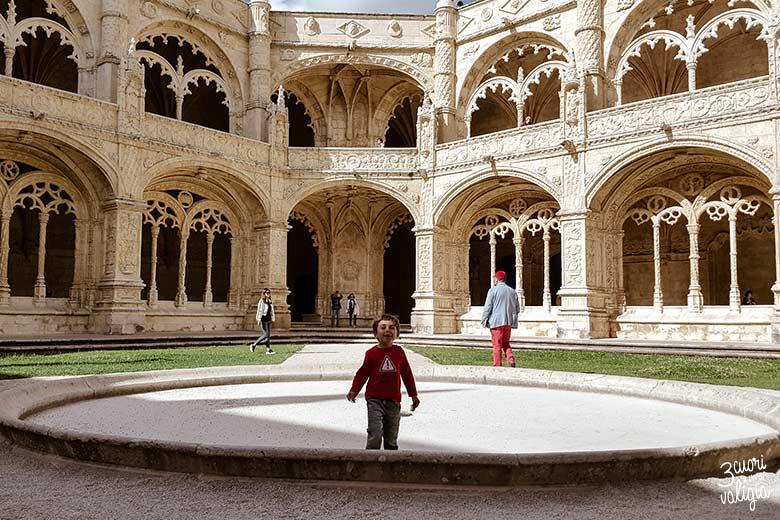 Lisbona con bambini chiostro del Monastero dos Jerónimos