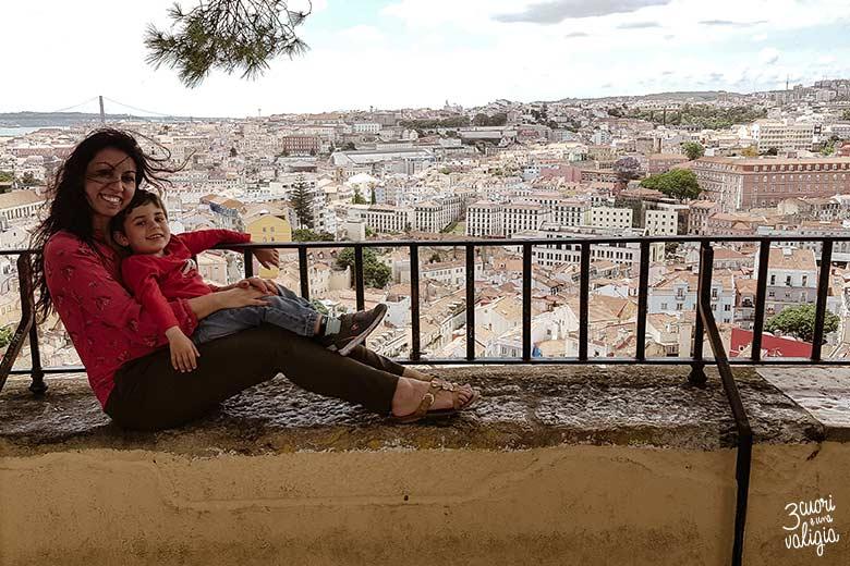 Lisbona con bambini vista dall'alto