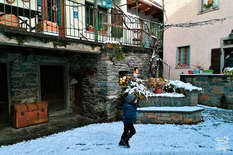 Dove dormire in Val d'Ossola: Cortile innevato del B&B Casa Tomà